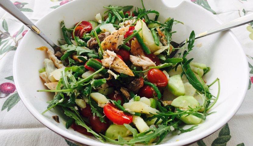 Салат с зеленым яблоком и тунцом